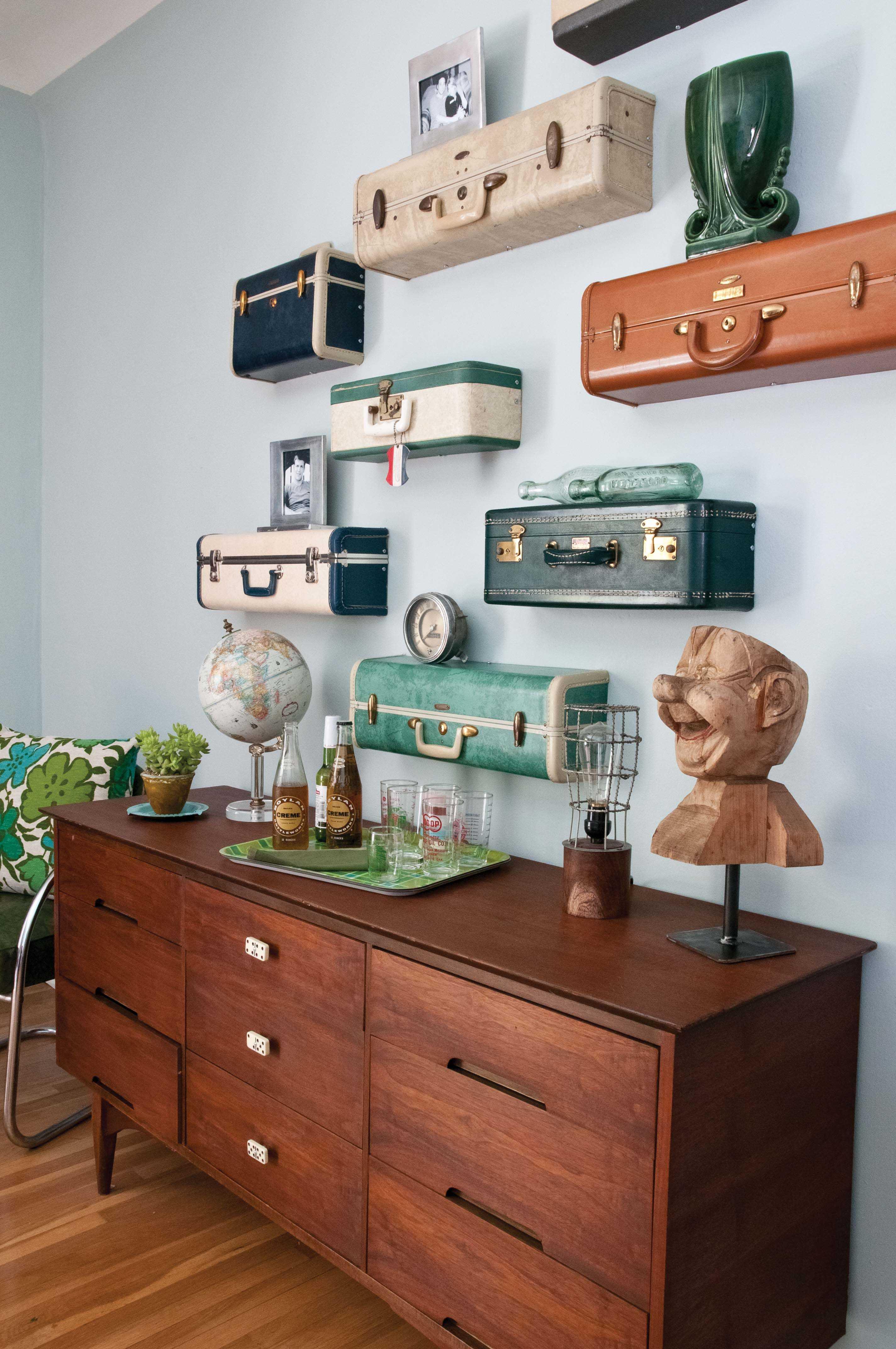 Hylla av gamla resväskor   auktioner & loppis, gör det själv diy ...