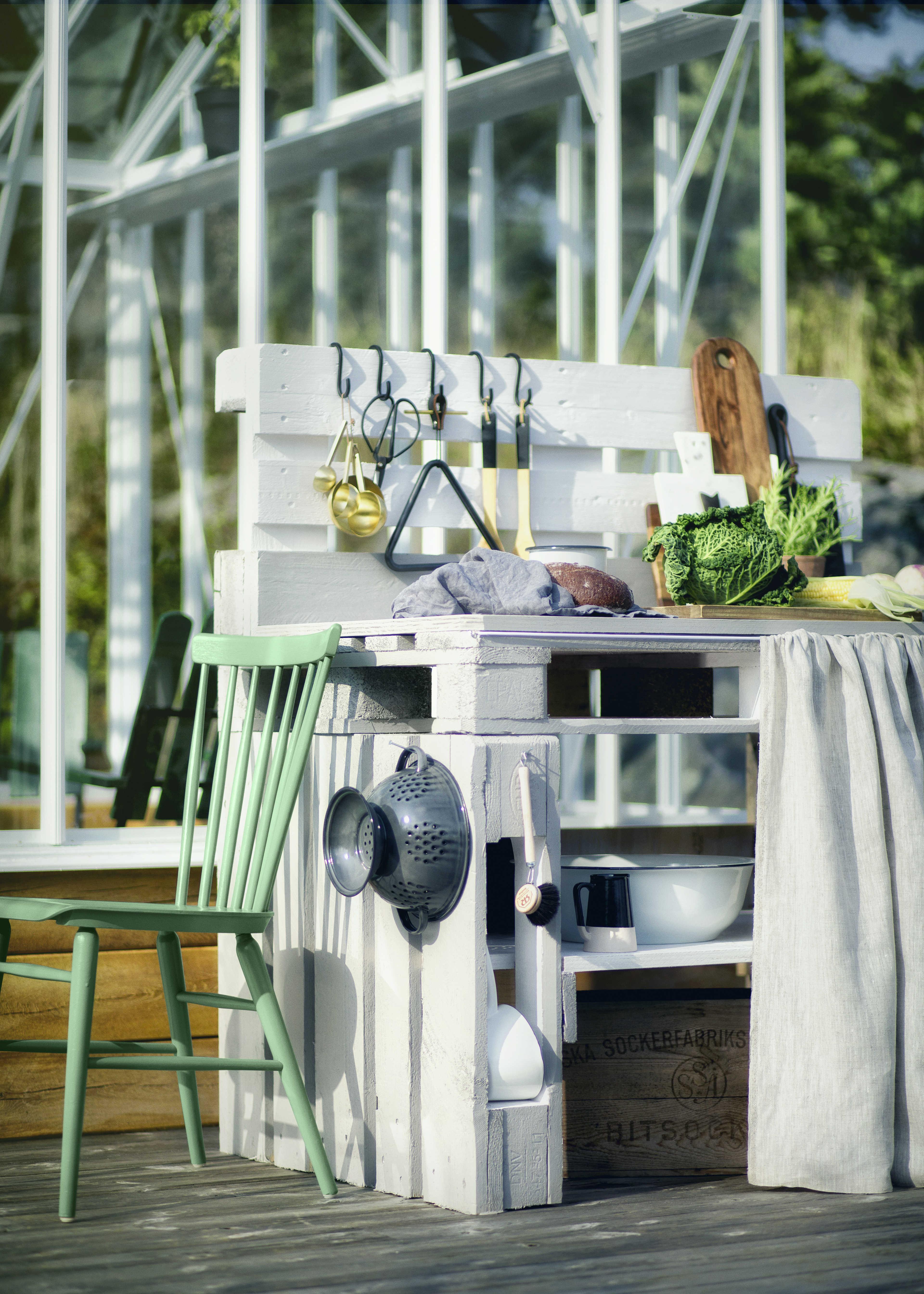 Bygg utekök av lastpallar – smart, enkelt och snyggt att göra själv till trädgården