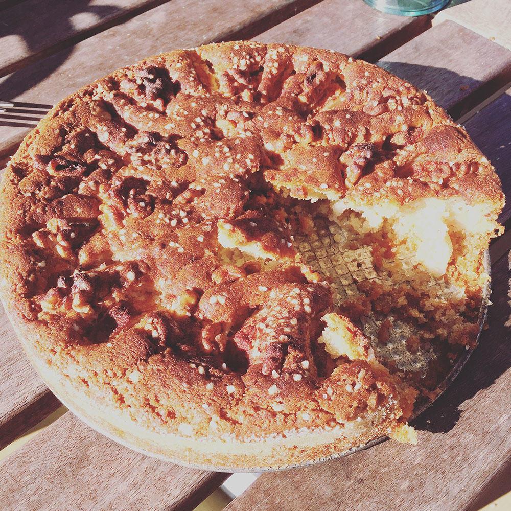 Gammeldags-äppelkaka-med-mandelmassa-och-hemlagad-vaniljsås