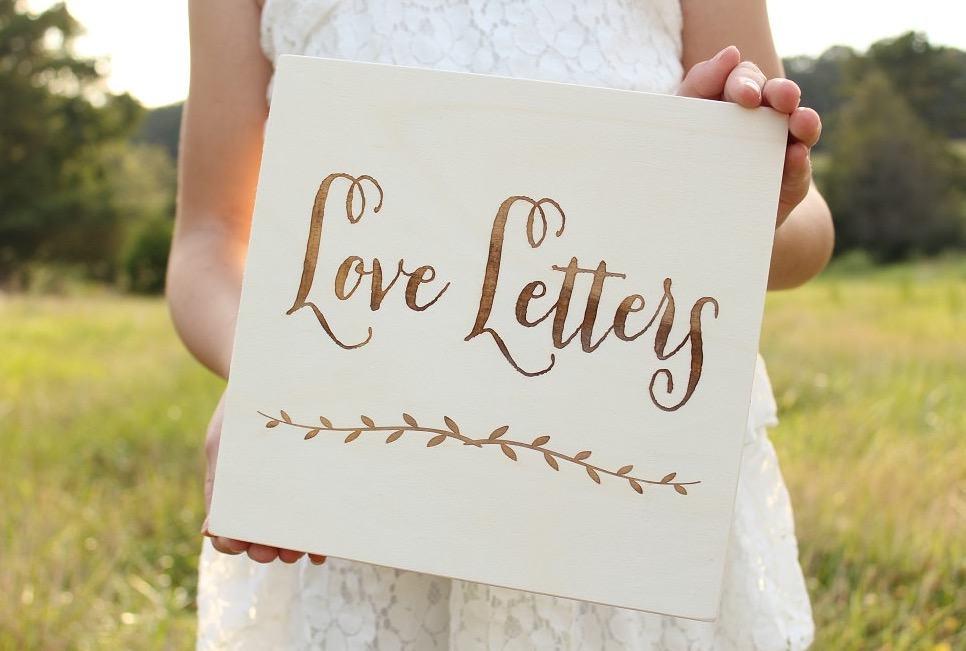 En trälåda för kärleksbrev med vackert tryck på med texten Love letters.