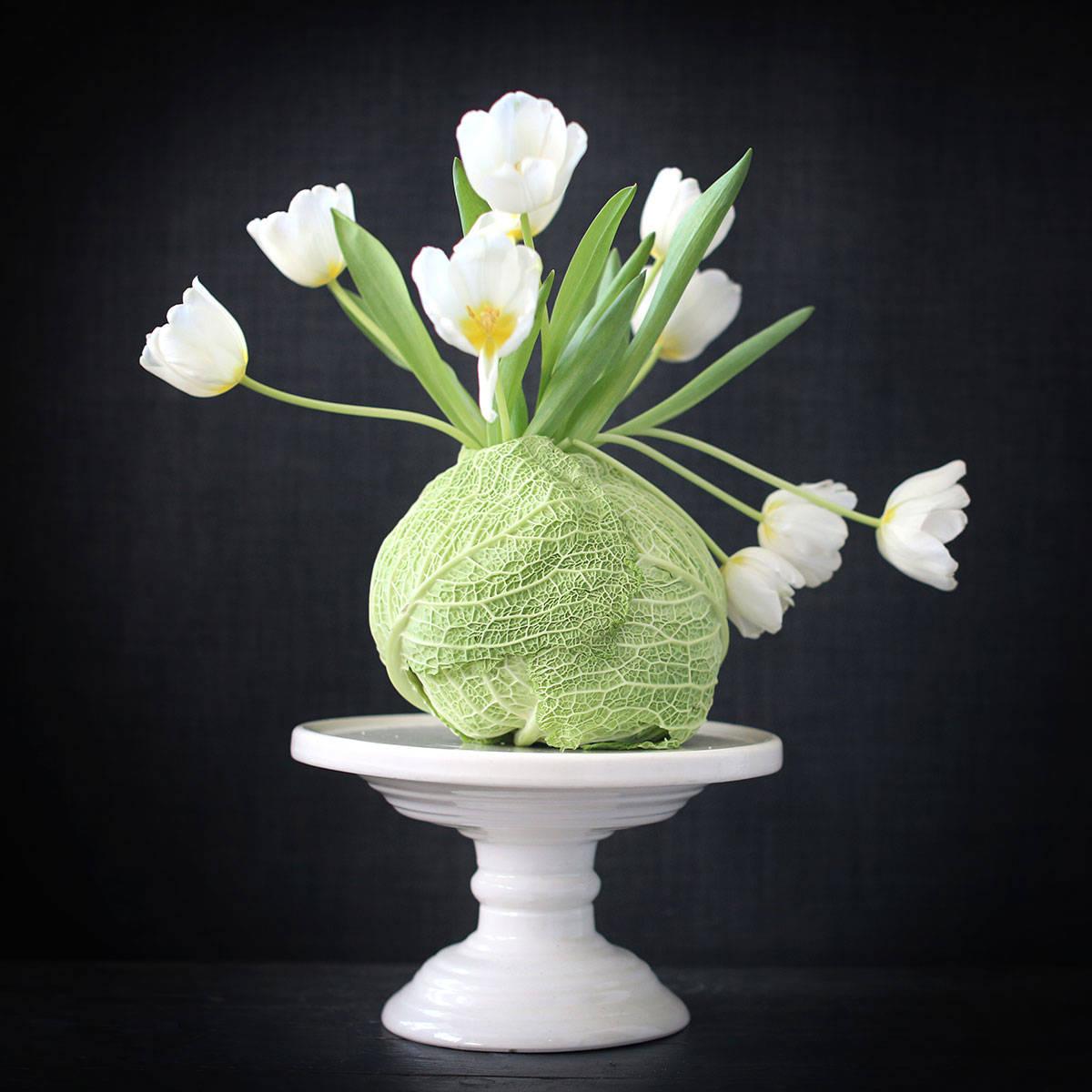 En tulpanbukett i ett kålhuvud i stället för blomvas. Ett arrangemang av Monica Karlstein, med Hemmafixbloggen.