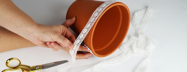Gör snygga blomkrukor av lerkrukor, med Hemmafixbloggen.se och Monica Karlstein.