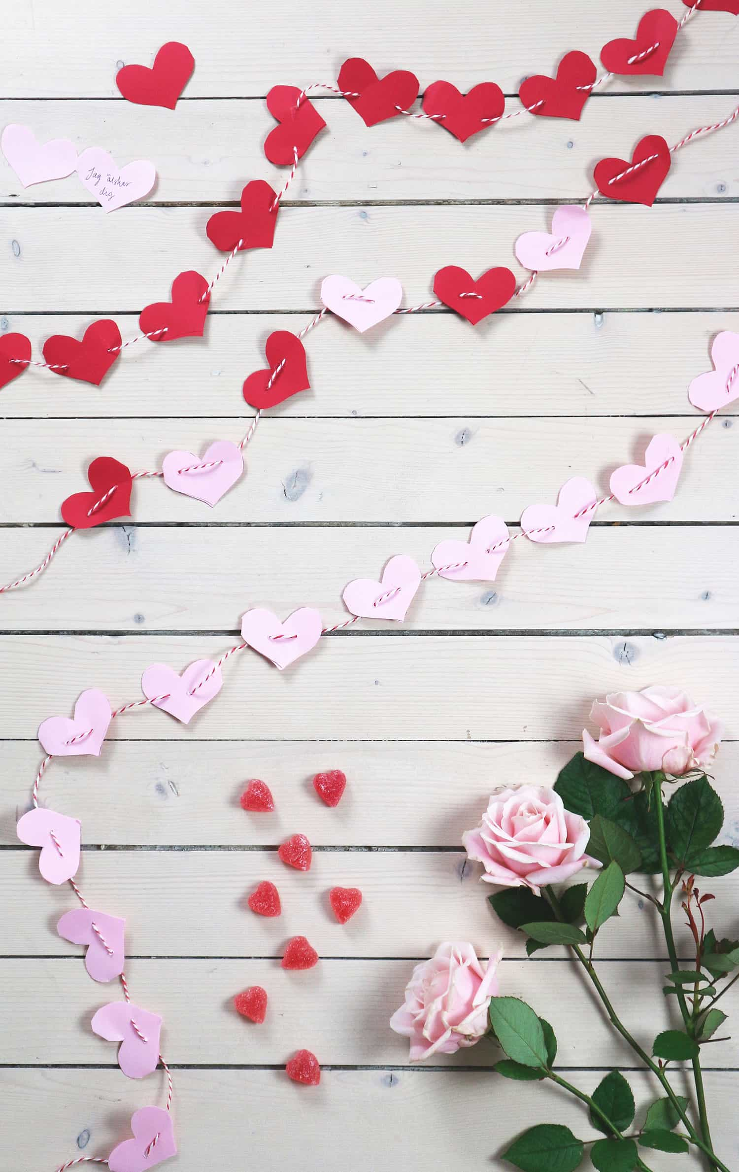 En kärleksgirlang som också är en kärlekskalender med kärleksförklaringar skrivna inuti.  Av Monica Karlstein, Hemmafixbloggen.se.