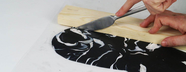 Skärbräda med marmorering av polymerlera, av Monica Karlstein för Hemmafixbloggen.se