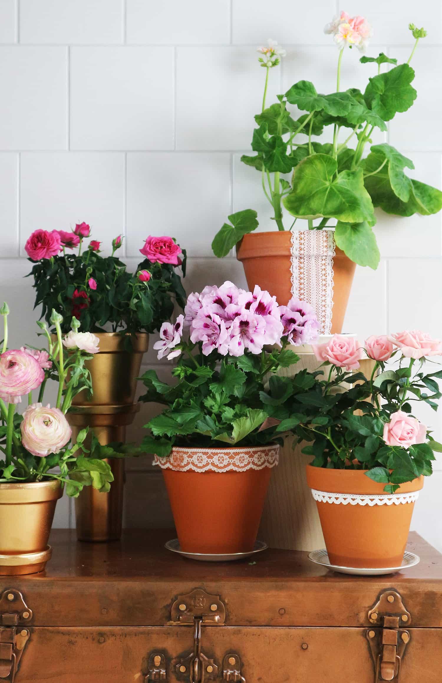 DIY: Måla och dekorera blomkrukor – ett vårigt och enkelt helgfix