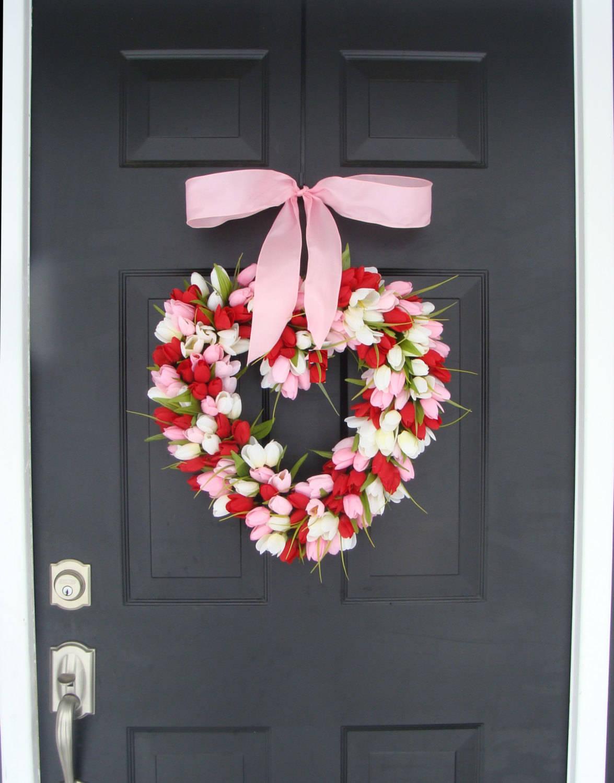 En dörrkrans av tulpaner i form av ett hjärta, till alla hjärtans dag.