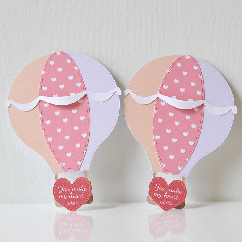Luftballonger med kärlekshälsning gjord av papper.