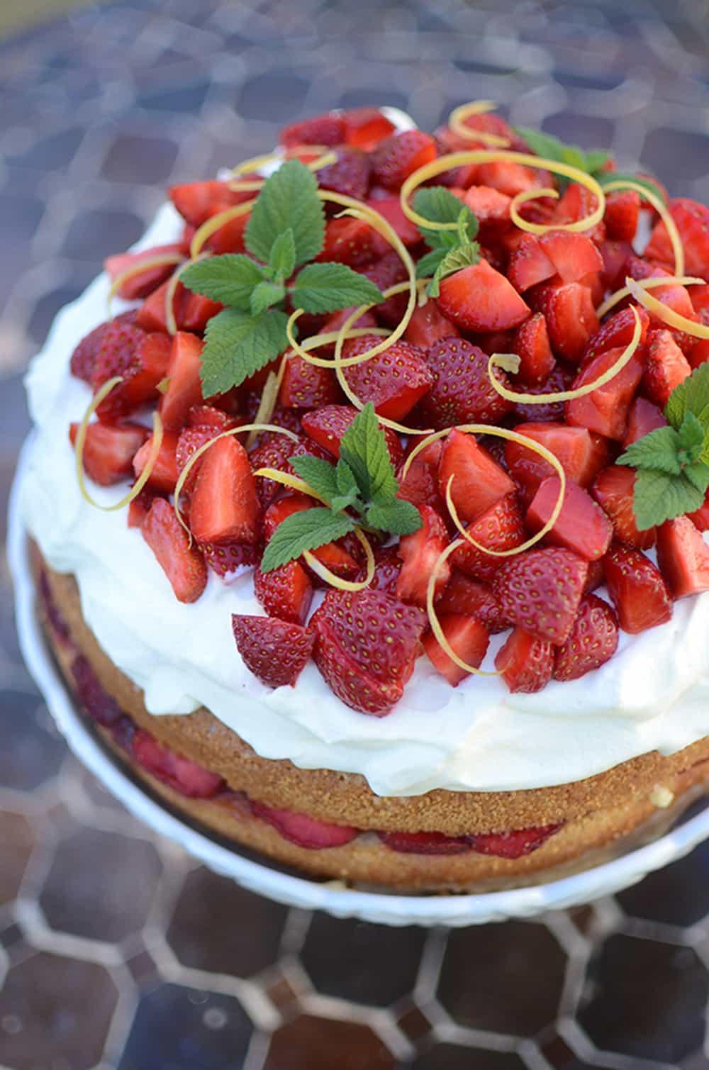Recept: Baka en fantastiskt god jordgubbstårta med lemon curd till midsommar