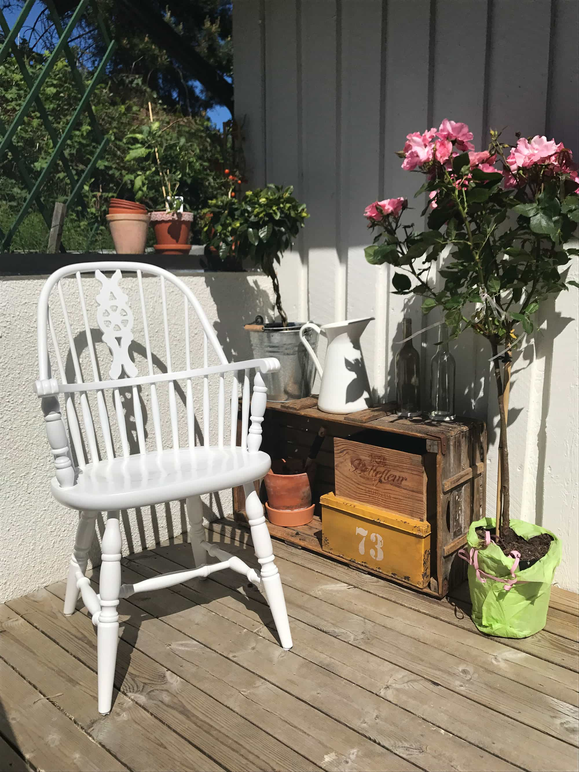 Windsor stol, vit pinnstol med hög rygg.