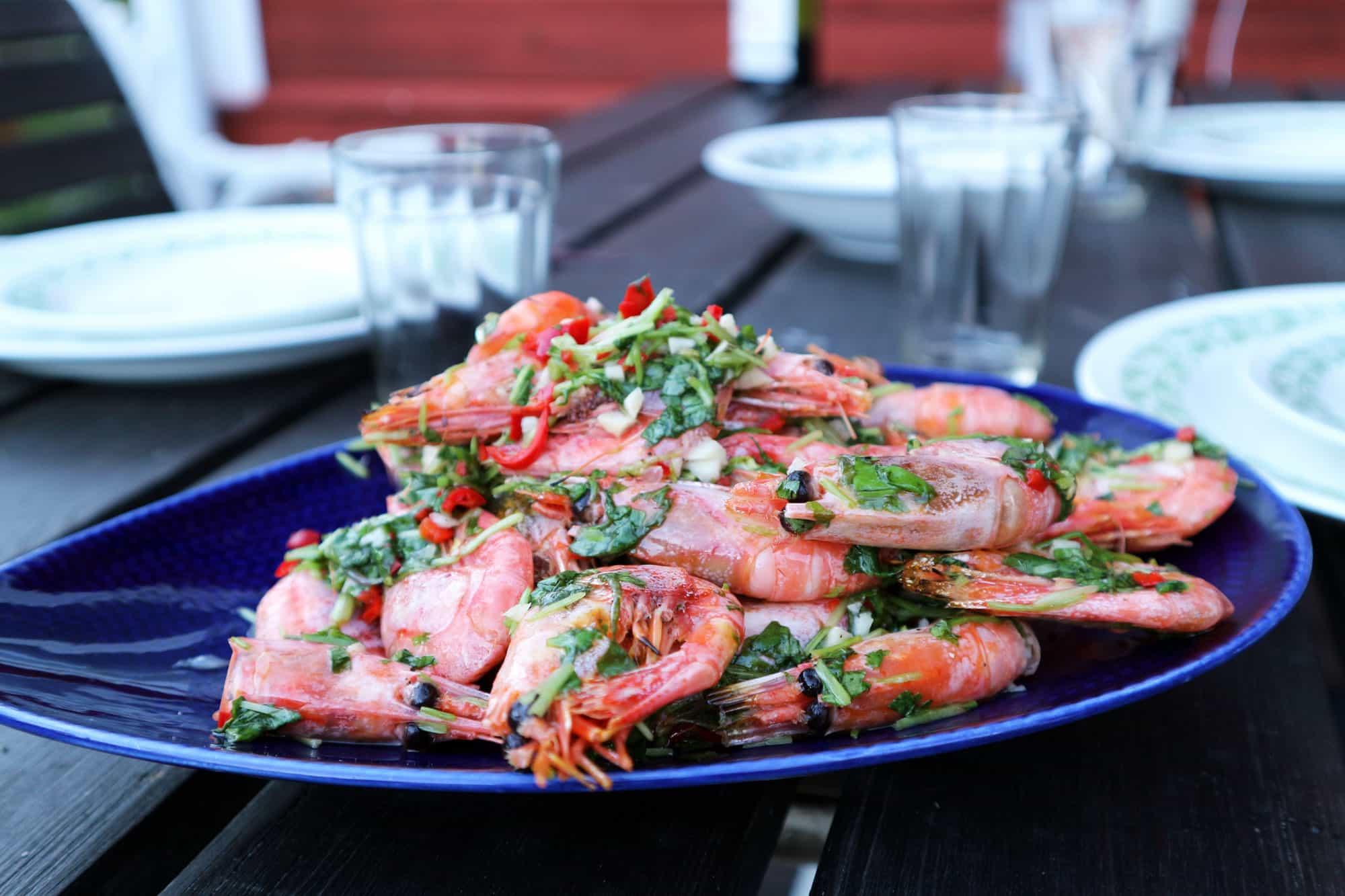 Recept: Sommarens godaste förrätt – grillade asiatiska räkor med koriander, chili och lime