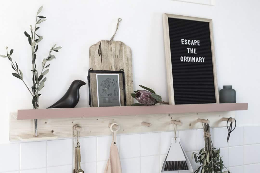 DIY: Gör en egen knopplist med kombinerad tavelhylla