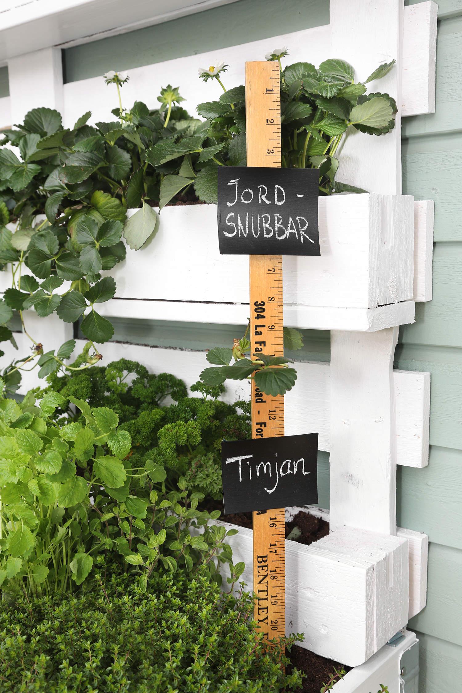 Unika och personliga odlingsskyltar av gamla mätstickor.