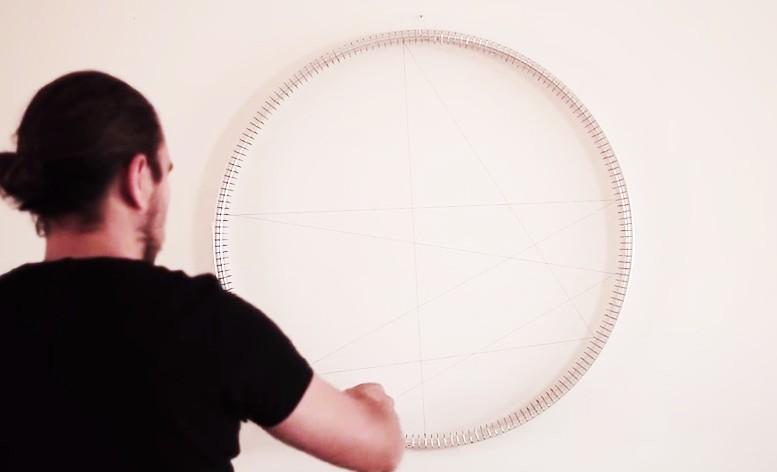 linda tråd så att det blir ett motiv i ett cykelhjul.