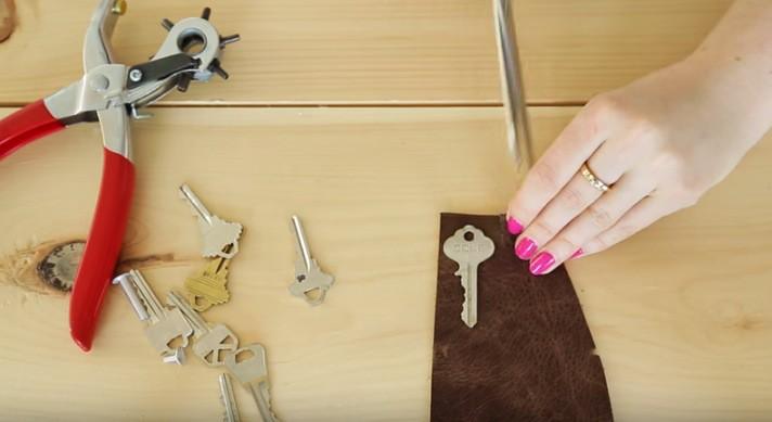 nyckelring av läder som du kan göra själv. Ett enkelt och smart hemmafix.