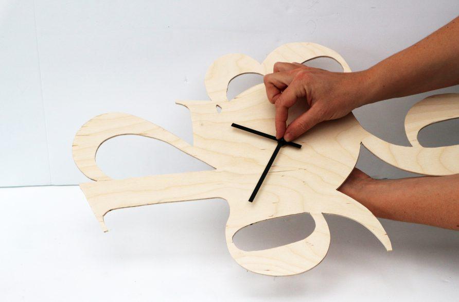 Gör en väggklocka av plywood.