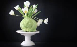 Ett blomsterarrangemang av tulpaner i ett kålhuvud, av Monica Karlstein, med Hemmafixbloggen.
