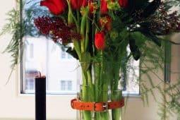 Bilden visar ett ikea hack med kryddburkarna Rimforsa som har gjorts om till en blomvas, av Monica Karlstein, med Hemmafixbloggen.se