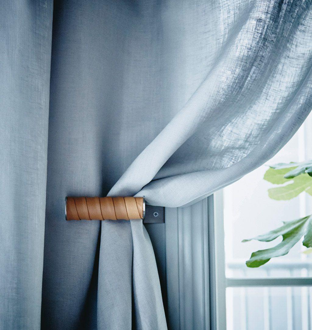 Toalettrullehållaren Grundtal från Ikea blir ett riktigt ikea hack när den används som gardin- eller draperihållare.