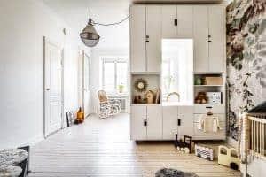 Dela av rum med vägg med förvaring och fönster, av skåpen Stuva från Ikea.