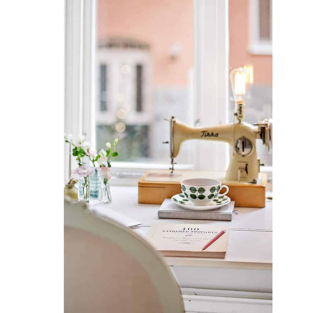 En symaskin har gjorts om till en bordslampa.