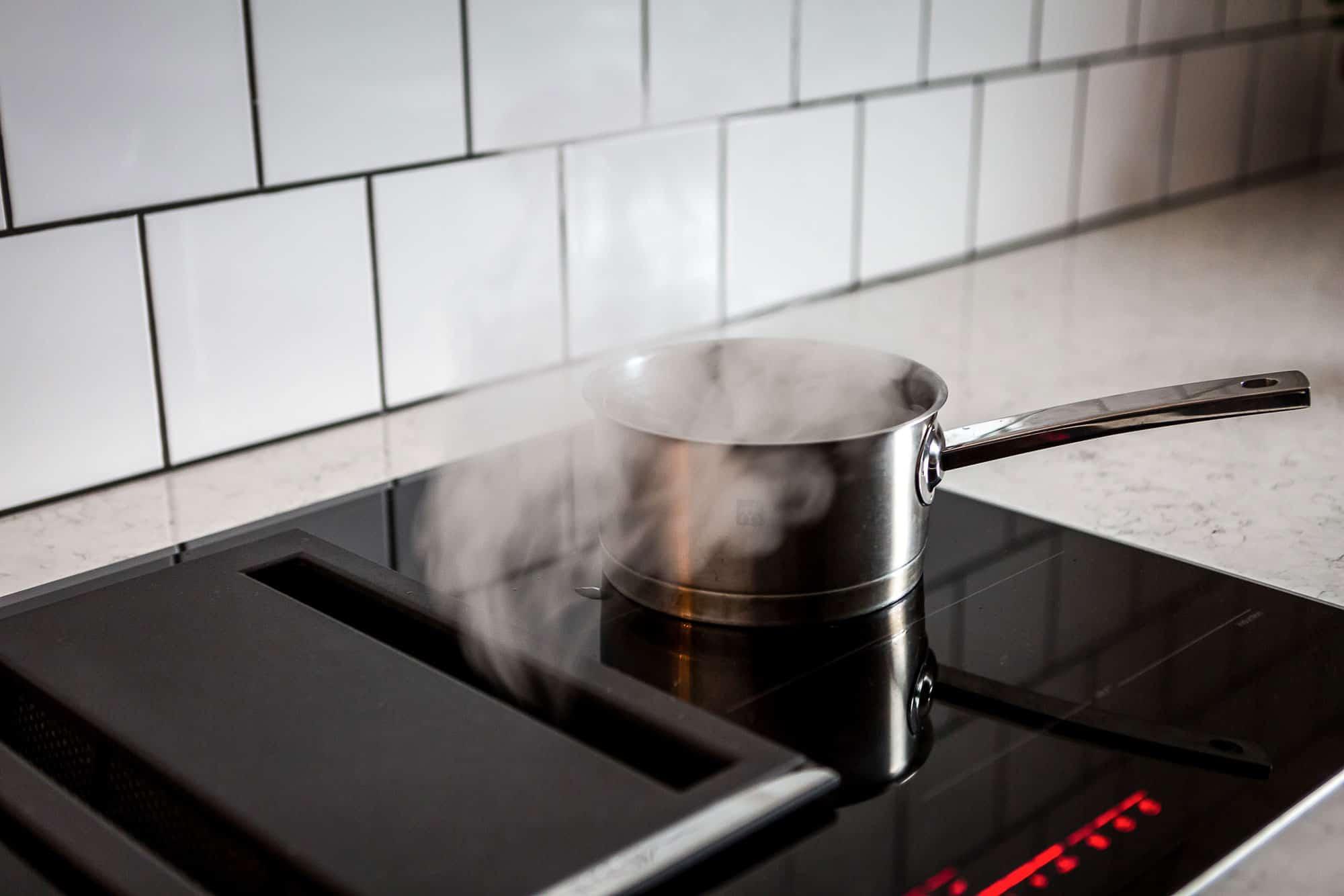 Spishäll med integrerad köksfläkt.