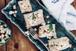 Ångkokt eller confiterad lax med sesamfrön och chilipicklad gurka
