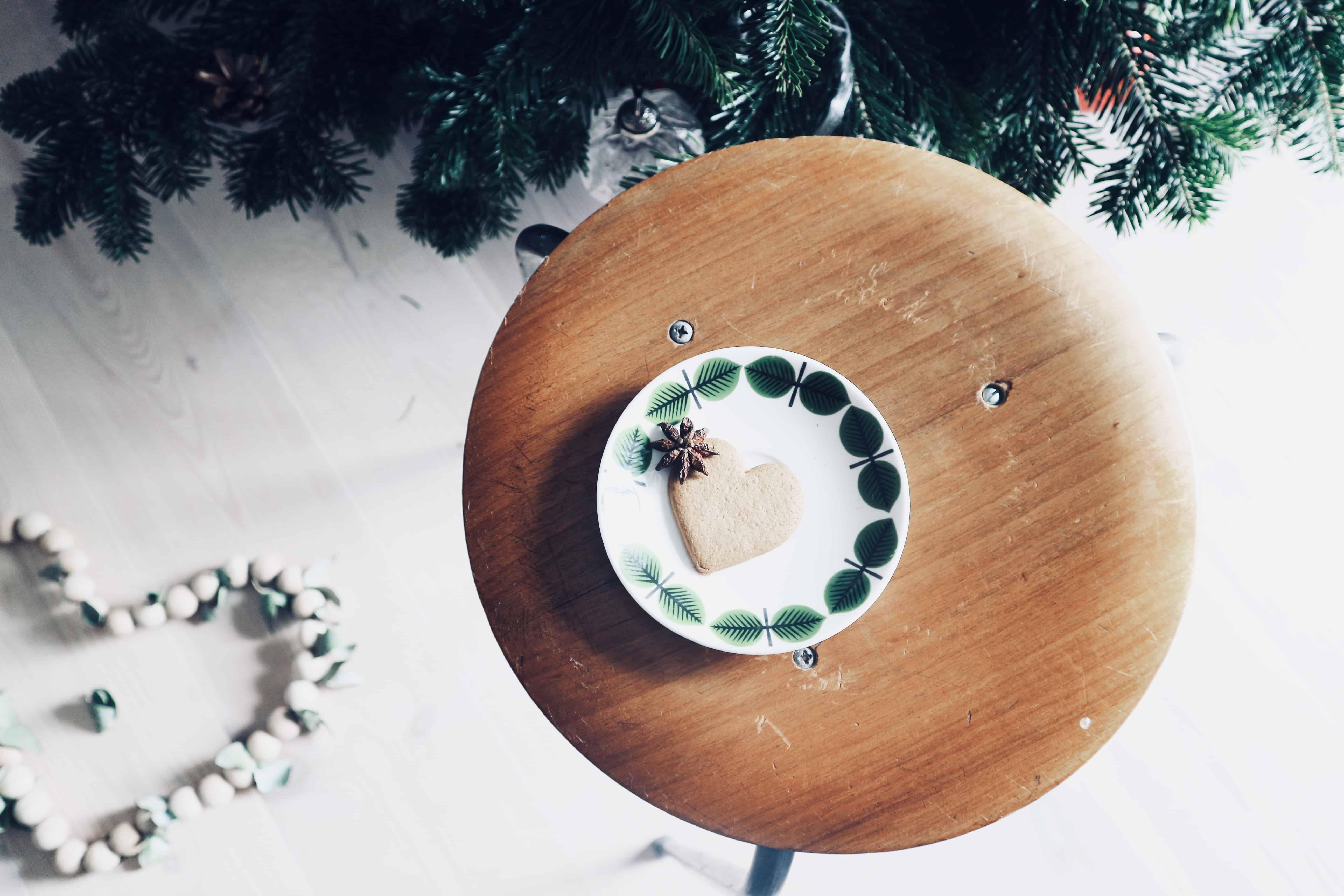 Hållbara julkalendern lucka 12: Två formpressade pallar i teak från 50-60-talet