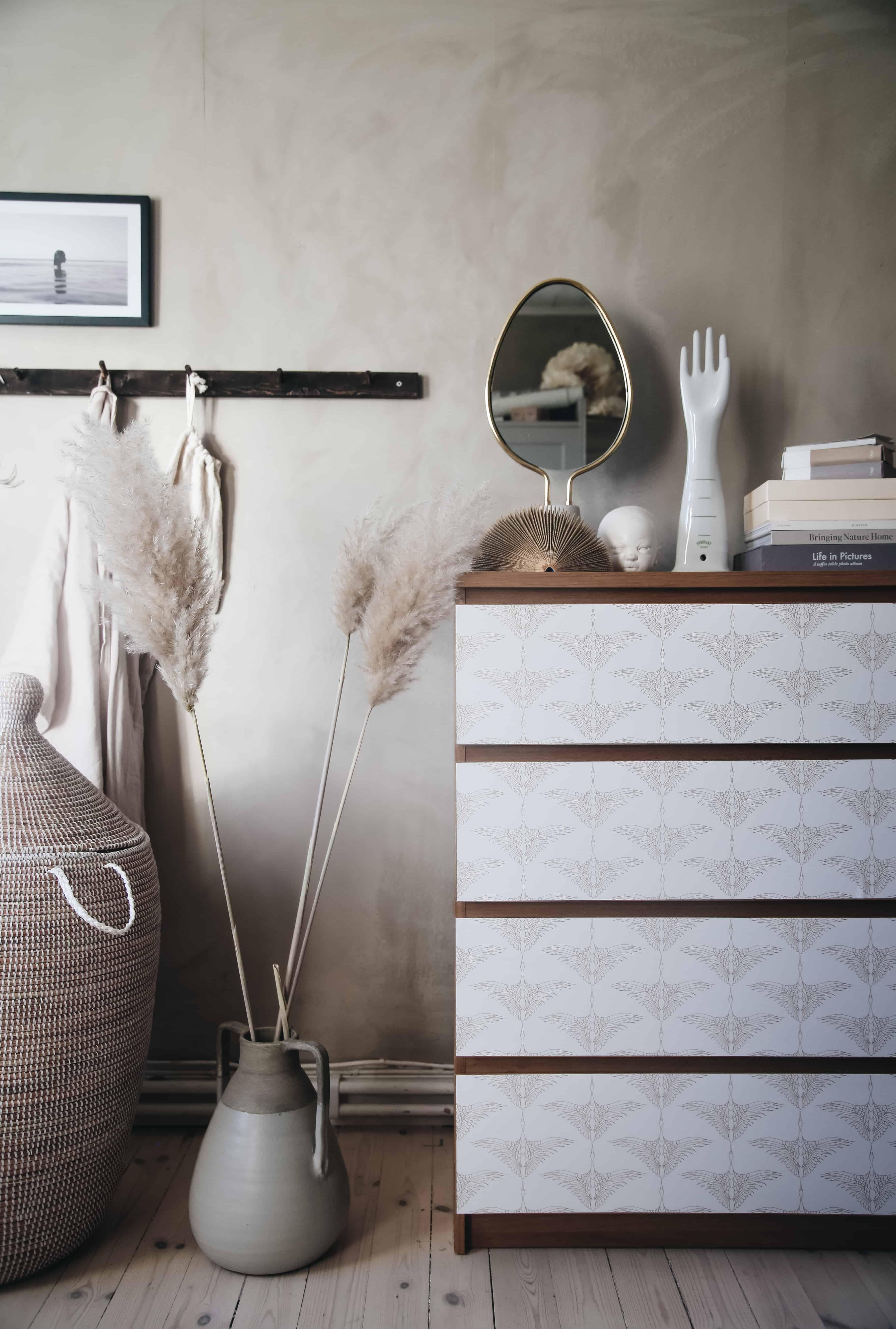 Ikea hack: Förnya byrån Malm med självhäftande textil – tar bara någon minut
