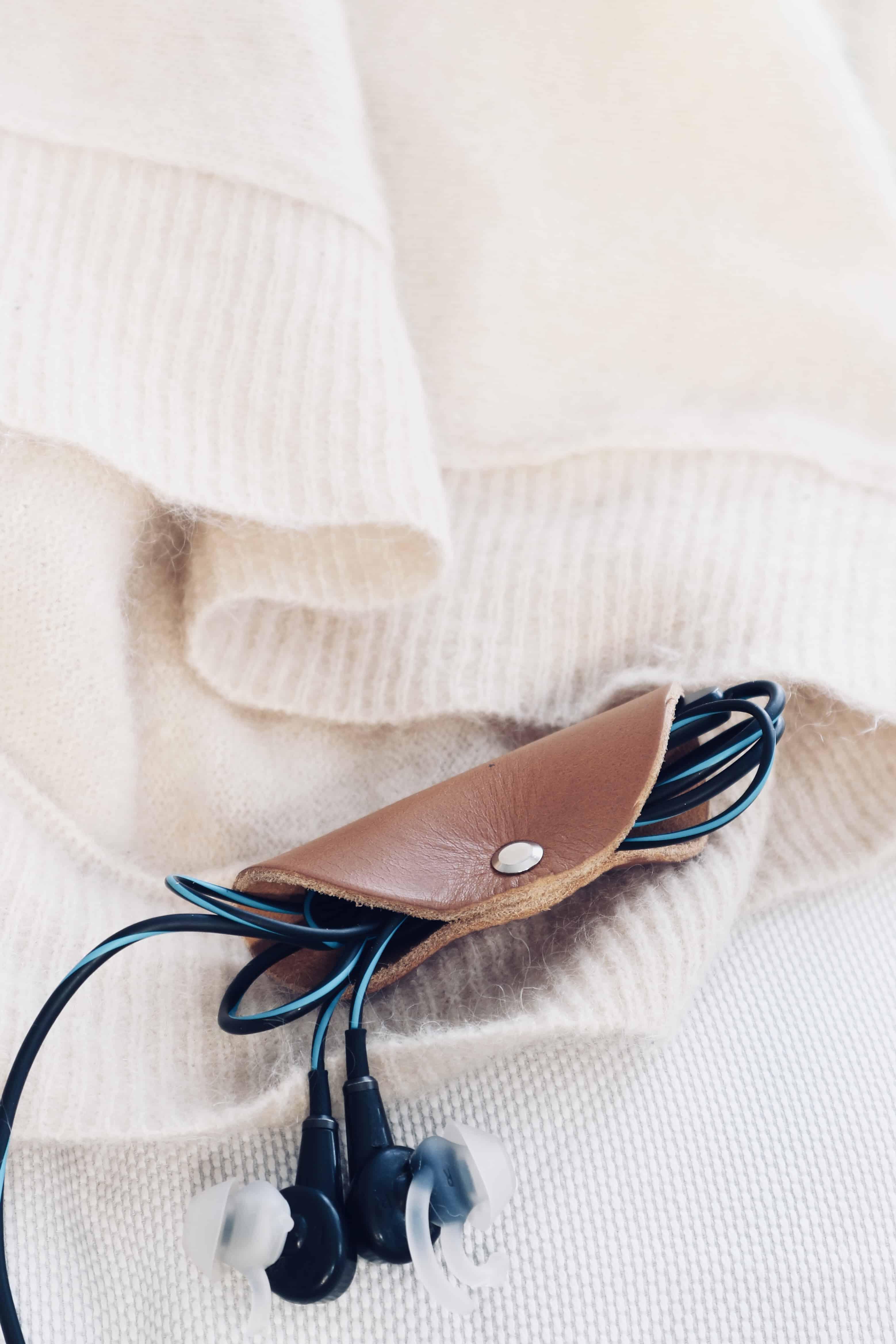 DIY: Gör en sladdhållare i läder som håller ditt headset trasselfritt