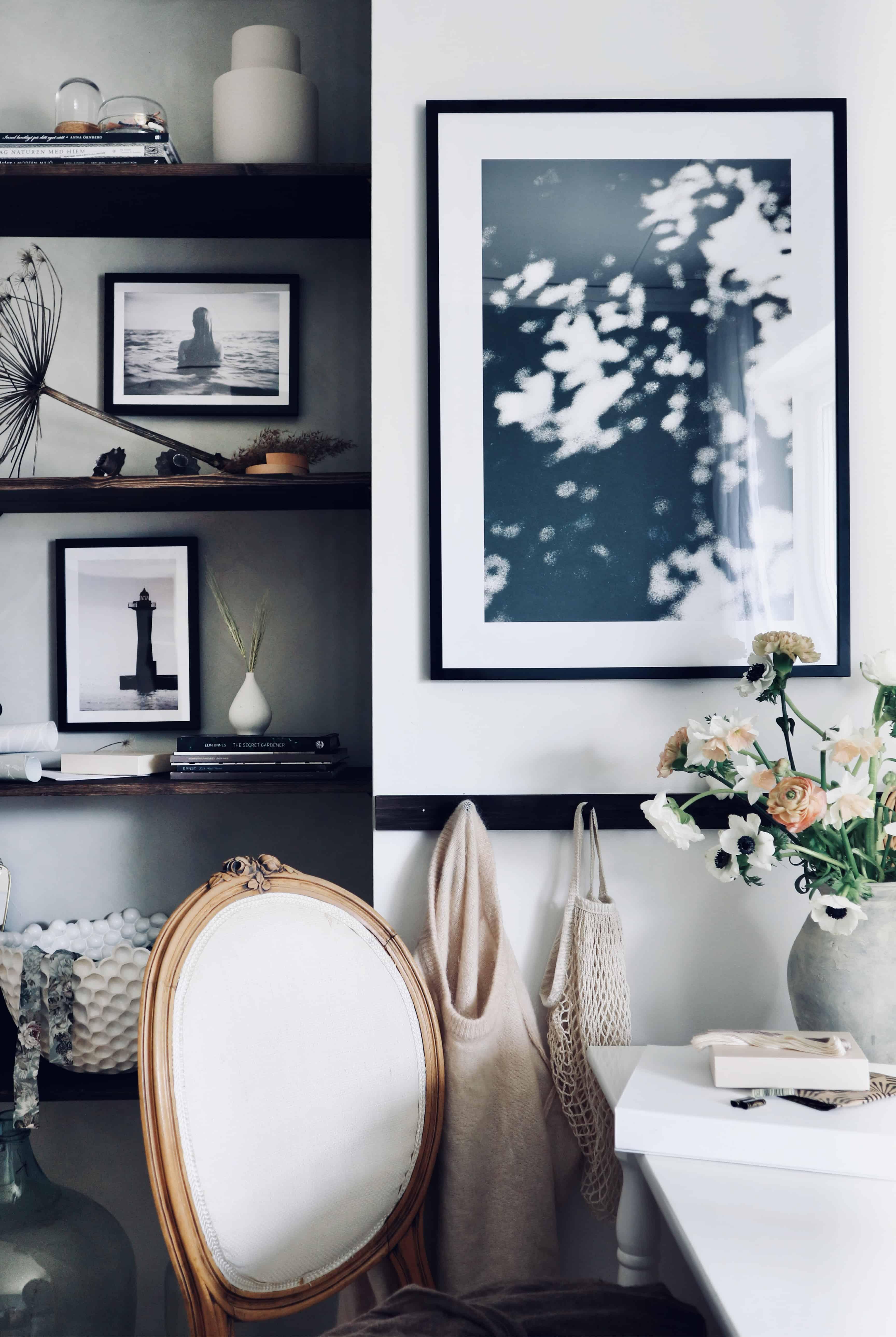 Gästrummet står äntligen klart–med ny väggfärg och nya tavlor