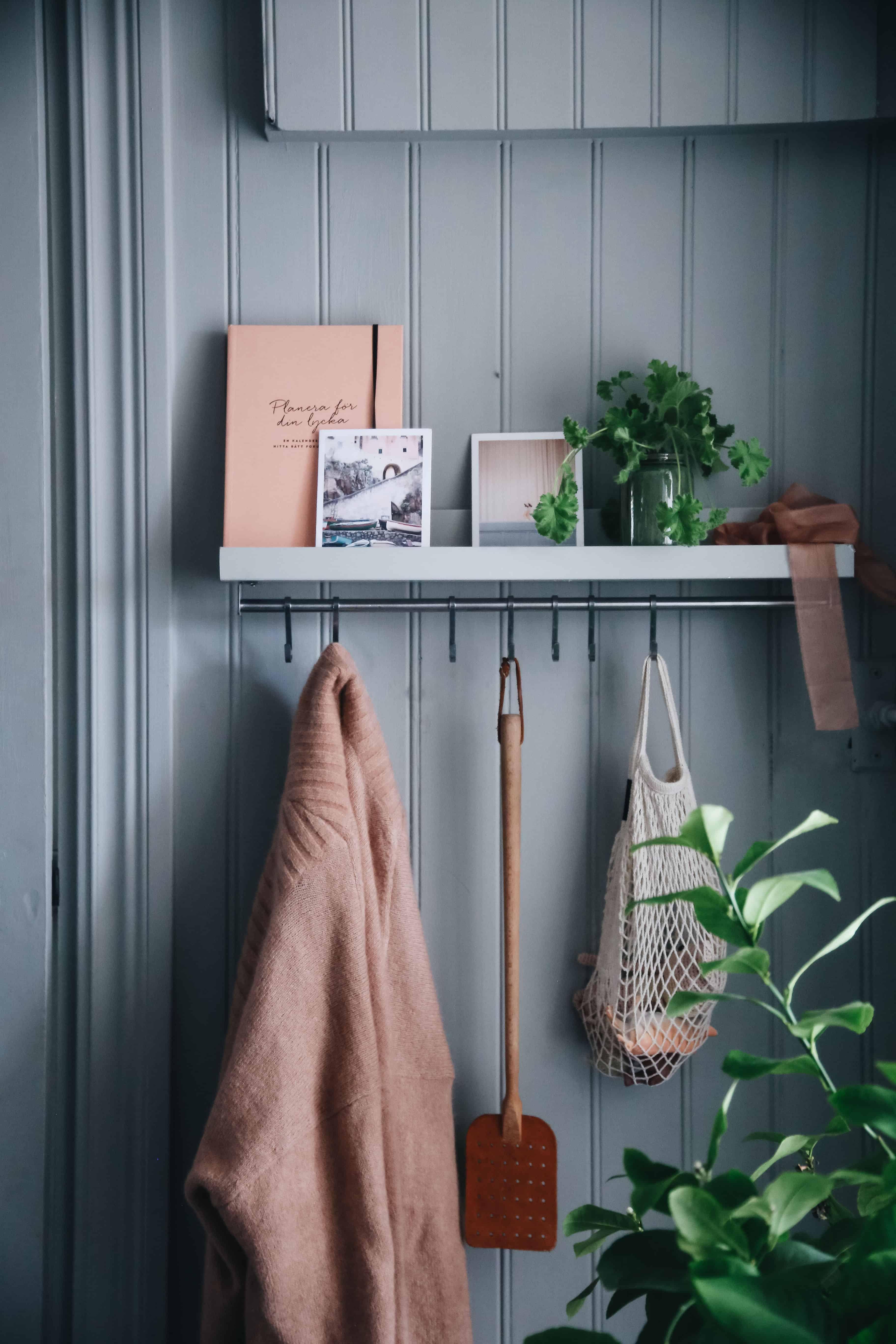 Ikea hack: Tavellisten Mosslanda och köksstången Kungsfors blir klädhängare