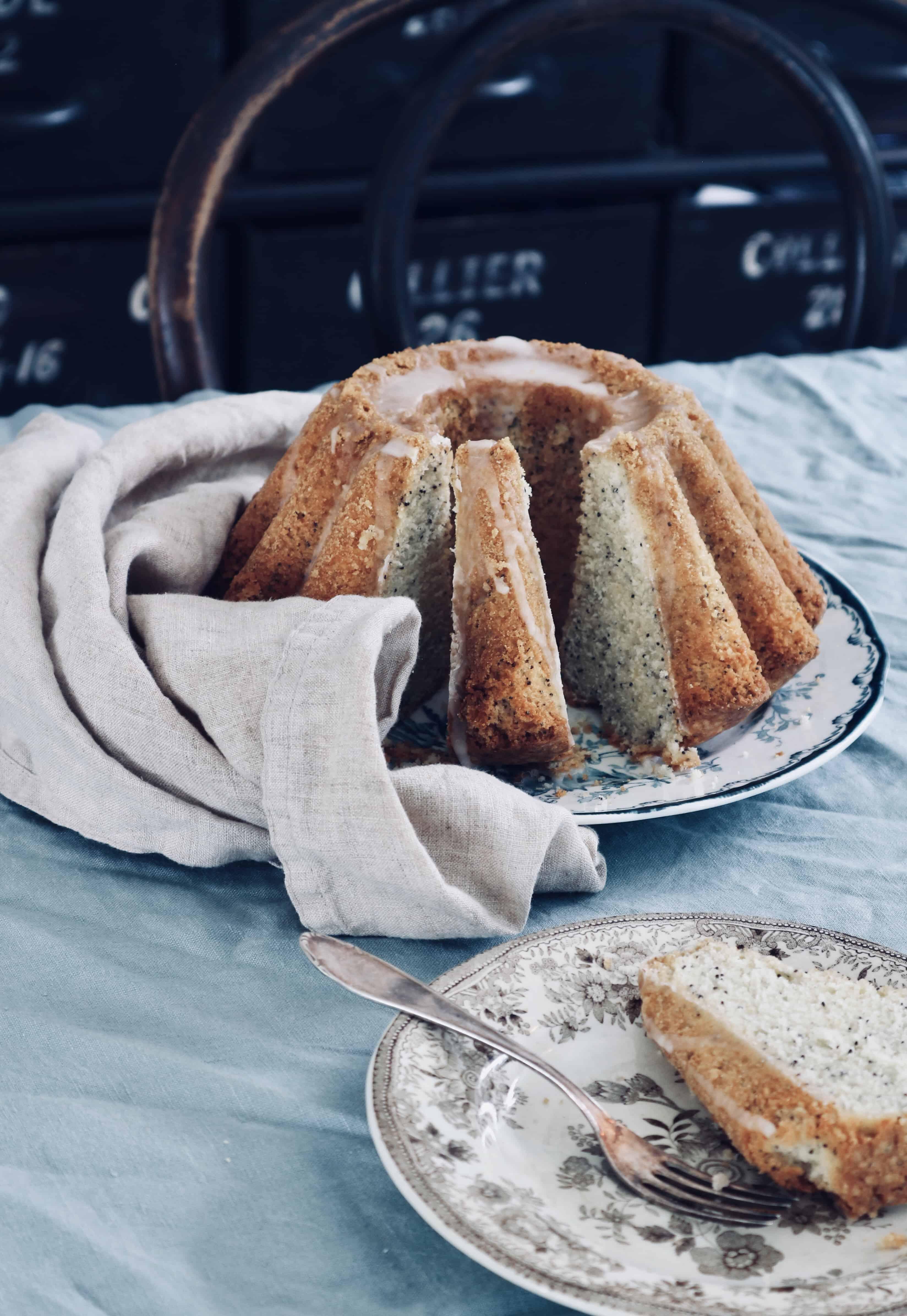 Recept: Godaste citronkakan i mannaminne – med blå vallmofrön och citronglasyr