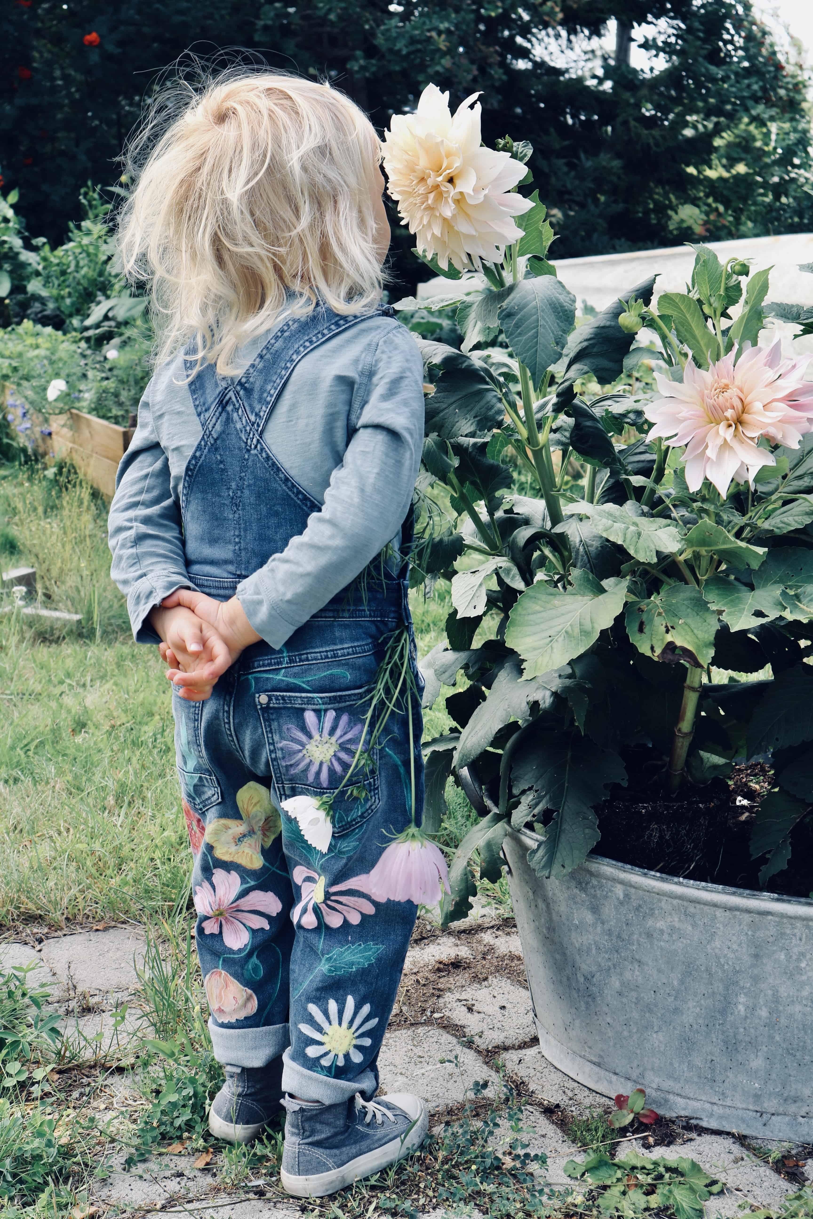 Rita på textil med tuschpennor –Sommarblomster i regnbågens alla färger