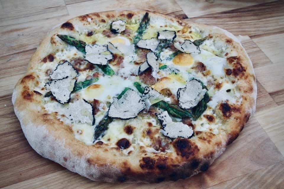 Recept: Hemlagad pizza – lika krispig som lyxig köpepizza, med tre olika topping