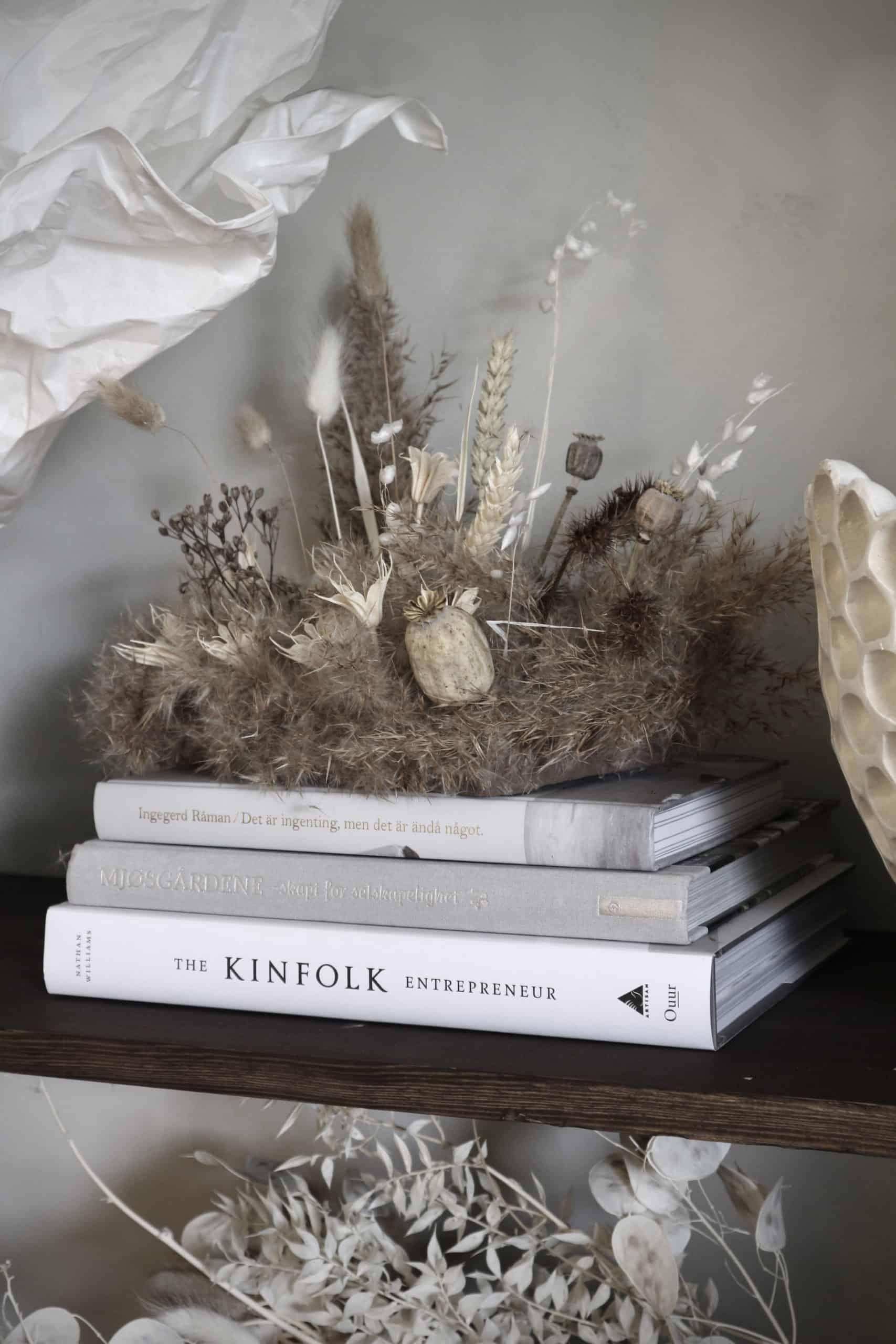 I stället för snittblommor – torkad vass och blomster till det dukade bordet